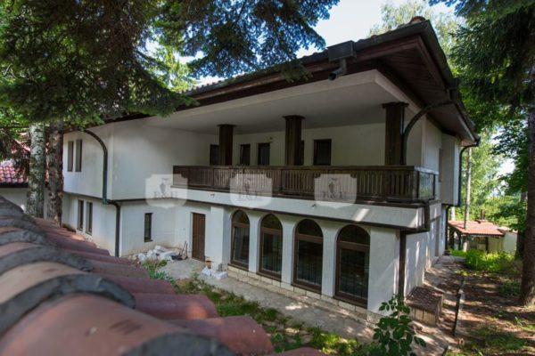 Просторна къща с веранда в престижния квартал Бояна