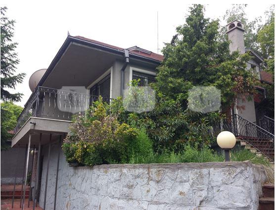 Къща с басейн и сауна в престижен квартал